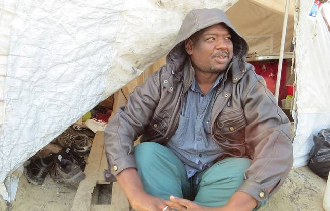 Calais (Pas-de-Calais), le 13 octobre 2016. Khalid, un Soudanais de 32 ans, devant sa tente dans la «Jungle» de Calais.