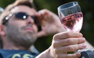Illustration d'un homme tenant à la main un verre d'alcool