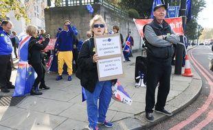 Des Britanniques défilent dans les rues de Londres contre le Brexit, le 20 octobre 2018.