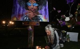 Fleurs et bougies devant un portrait de Prince, déposés le 21 avril 2016 devant son domicile à Minneapolis dans le Minnesota