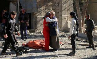 Des habitants d'Alep se réconfortent le 19 novembre 2016 après des bombardements sur les quartiers tenus par les rebelles.