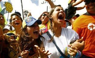 Des centaines de milliers de partisans d'Henrique Capriles ont envahi dimanche soir le centre de Caracas pour un meeting géant, à une semaine de l'élection qui l'opposera au président sortant Hugo Chavez.