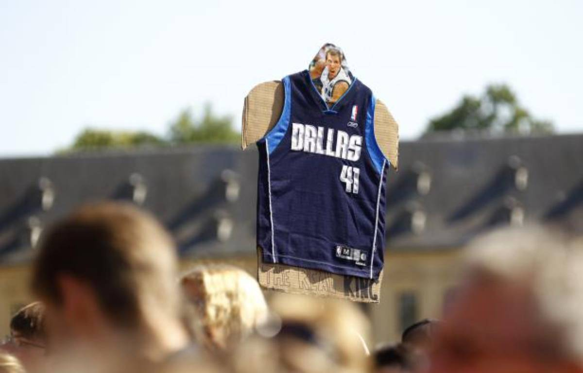 Le maillot de Dirk Nowitski, joueur NBA de Dallas, brandi à Wuerzburg son village natal en Allemagne, le 28 juin 2011. – K.Pfaffenbach/REUTERS