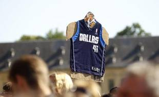 Le maillot de Dirk Nowitski, joueur NBA de Dallas, brandi à Wuerzburg son village natal en Allemagne, le 28 juin 2011.
