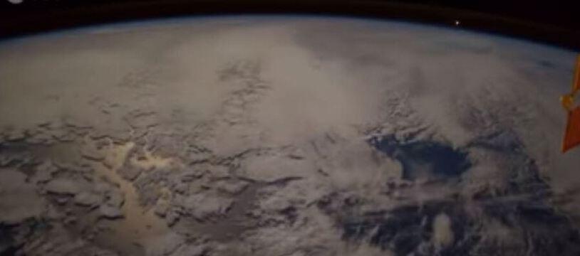 L'astronaute italienPaolo Nespoli a filmé une « boule de feu » depuis l'ISS (en haut à droite de l'image).