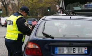 Une voiture avec une plaque paire se fait contrôler le 17 mars 2014 à Paris