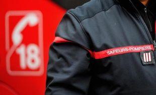 Un sapeur-pompier en uniforme
