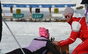 Cédric Bernard encadre un cours d'initiation de biathlon, lundi sur l'espace nordique olympique des Saisies.