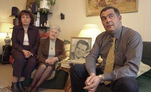La veuve d'Ali Boumendjel, Malika Boumendjel, entourée de ses enfants Dalila et Farid, en 2001, est décédée en 2020.