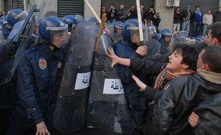 Des manifestants face à la police à Alger, le samedi 22 janvier 2011