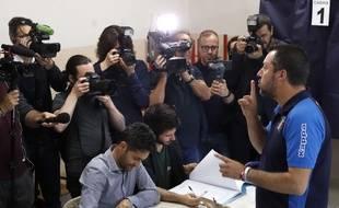 Le vice-Premier ministre italien et ministre de l'Intérieur Matteo Salvini vote pour les européennes à Milan, le 26 mai 2019.