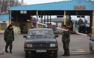 Des gardes-frontières de la République autoproclamée de Donetsk contrôlent un poste de passage vers la Russie, le 15 novembre 2014, dans l'est de l'Ukraine