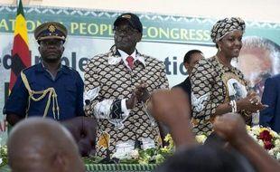 Le président du Zimbabwe Robert Mugabe et sa femme Grace, lors de la clôture du congrès de son parti, le 6 décembre 2014 à Harare
