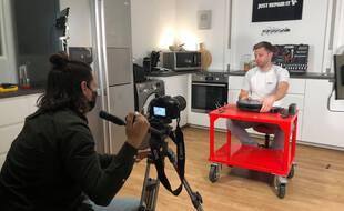 Kévin Bright, réalisateur, et Cyril Berton, expert-technique de Spareka, produisent, en moyenne, trois vidéos tutos, par semaine, pour aider les particuliers à réparer eux-mêmes leurs équipements cassés.