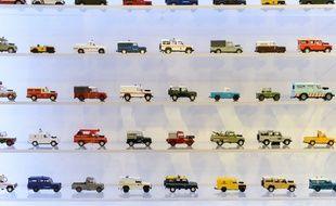 Des modèles de Land-Rover miniatures lors d'une exposition de charité.