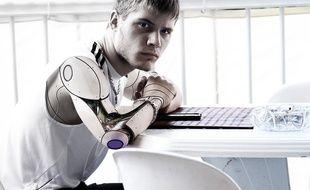 Bras bionique, ADN séquencé pour traiter en amont des maladies, opérations robotisées ou menées par les nanotechnologies, le transhumanisme veut utiliser toutes ces avancées pour repousser la mort... Mais jusqu'où ? Illustration