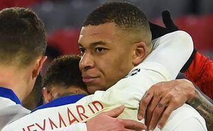 Neymar et Mbappé après le but victorieux du Français, mercredi à Munich.
