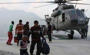 Les équipes de secours ont engagé une course contre la montre samedi pour sauver des dizaines de milliers de personnes isolées dans le nord de l'Inde en raison de glissements de terrain et d'inondations dus à une mousson précoce, qui ont déjà fait près de 600 morts.