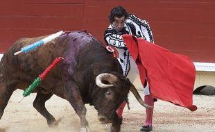 Bayonne (Pyrénées-Atlantiques), le 15 août 2017. Le matador espagnol Curro Diaz face à un taureau de Garcigrande.