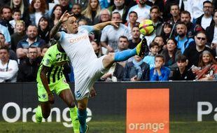 Ocampos tente de contrôler un ballon face  à Angers.