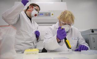 Le Premier ministre britannique Boris Johnson (à droite) visite l'unité de production de la biotech française Valneva, en Ecosse, le 28 janvier 2021.