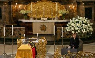 Angela Merkel rend un dernier hommage à l'ancien chancelier Helmut Schmidt, lors de funérailles nationales le 23 novembre 2015 à Hambourg