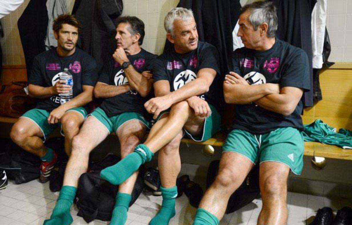 L'ancien footballeur Olivier Rouyer, assis entre Claude Puel et Alain Giresse, lors d'un match du Variété, le 12 septembre 2012, au stade Charléty, à Paris. – F.FIFE/AFP