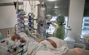 Un patient atteint du covid-19, hospitalisé dans une unité de soins intensifs de l'hôpital d'Ixelles, en Belgique.