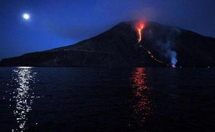 Coulée de lune sur la mer et coulée de lave sur le Stromboli, dans les îles Éoliennes en Italie, le 9 août 2014.