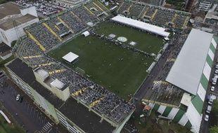 Le stade de Chapeco pendant l'hommage aux victimes