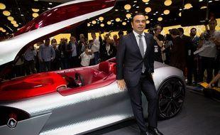 Carlos Ghosn, PDG de Renault-Nissan, devant le concept-car Renault Trezor au Mondial de l'Automobile, à Paris, le 29 septembre 2016.