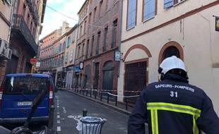 Le cordon de sécurité devant la rue Cujas à Toulouse où le toit d'un immeuble s'est effondré le 29 novembre 2019.