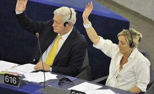 Bruno Gollnisch (G) et Marine Le Pen lors d'une session au Parlement européen à Strasbourg, le 7 juillet 2010.