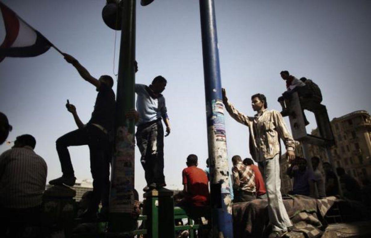 La place Tahrir au Caire était toujours occupée dimanche par des centaines de manifestants hostiles à l'acquittement d'ex-hauts responsables de la police dans le procès de Hosni Moubarak, qui a passé sa première nuit en prison après avoir été condamné à la perpétuité. – Marco Longari afp.com