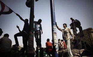 La place Tahrir au Caire était toujours occupée dimanche par des centaines de manifestants hostiles à l'acquittement d'ex-hauts responsables de la police dans le procès de Hosni Moubarak, qui a passé sa première nuit en prison après avoir été condamné à la perpétuité.