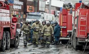 Des pompiers à l'assaut des flammes qui ravagent le centre commercial de Kemerovo, en Russie.