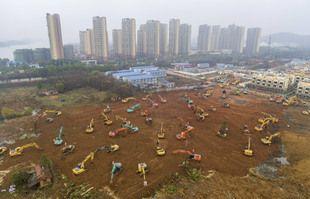 Le chantier de construction d'un hôpital de campagne à Wuhan, dans la province du Hubei en Chine centrale, le 24 janvier 2020.
