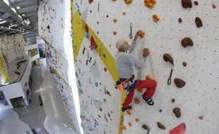 L'alpiniste suisse Marcel Rémy, 98 ans, en train de monter une voie dans une salle d'escalade à Villeneuve (Suisse), le 31 mai 2021.