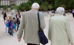 Un couple de personnes âgées marche dans le jardin des Tuileries à Paris, le 31 mai 2010