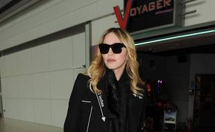La chanteuse Madonna à l'aéroport d'Heathrow