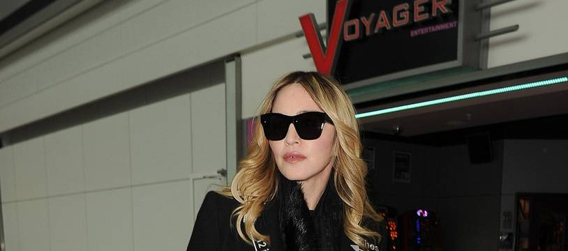 La chanteuse Madonna à l'aéroport d'Heathrow