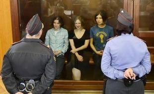 """Le procès en appel de trois jeunes femmes du groupe Pussy Riot s'ouvre lundi dans la capitale russe, alors que le pouvoir a soufflé le chaud et le froid après leur condamnation décriée à deux ans de camp pour une """"prière punk"""" anti-Poutine chantée dans la cathédrale de Moscou."""
