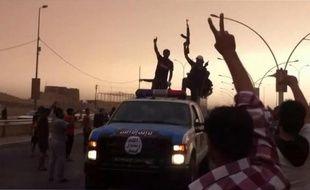Capture d'écran d'une vidéo publiée sur YouTube le 12 juin 2014 montrant des membres présumés de l'EIIL paradant dans une rue de Mossoul