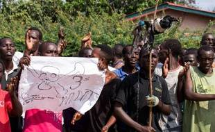 Des manifestants burundais anti-3e mandat du président Nkurunziza pendant un rassemblement à Musaga, un quartier de Bujumbura, le 29 mai 2015