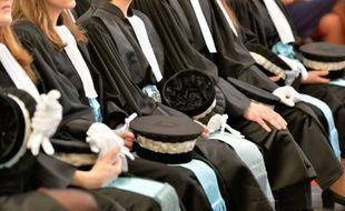 Des nouveaux magistrats lors de leur cérémonie de prestation de serment à l'Ecole nationale de la magistrature le 5 février 2016 à Bordeaux
