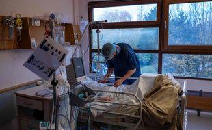 Un médecin examine un patient positif au Covid-19 à l'hôpital Emile Muller de Mulhouse.