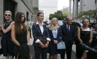 Des accusatrices de Jeffrey Epstein devant le tribunal de Manhattan, le 27 août 2019.