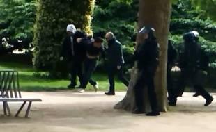 Photo extraite de la vidéo de Mediapart sur laquelle on aperçoit Alexandre Benalla et Vincent Crase arrêter Khelifa. M.