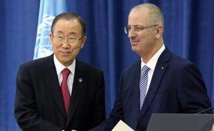 Le secrétaire général de l'ONU Ban Ki-moon et le chef du gouvernement d'union palestinien Rami Hamdallah le 13 octobre 2014 à Ramallah