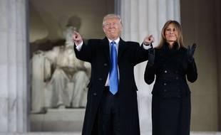 Donald et Melania Trump saluent plusieurs milliers de supporteurs à Washington, à la veille de l'investiture, le 19 janvier 2019.